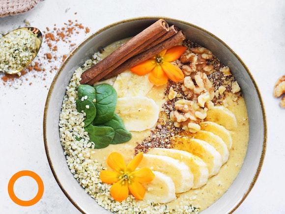 Lente smoothie bowl met vers fruit